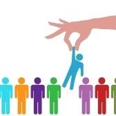 7559679-una-mano-para-llegar-a-encontrar-seleccionar-a-una-persona-de-una-fila-de-personas