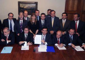 08 JULIO 2014/VALPARAISO El ministro de hacienda Alberto Arenas y los parlamentarios de diferentes partidos políticos realizaron una firma acuerdo para Reforma Tributaria . FOTO:PABLO OVALLE ISASMENDI/ AGENCIAUNO