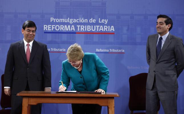 La Presidenta de la República, Michelle Bachelet, junto a los ex ministros de Hacienda, Alberto Arenas, y del Interior, Rodrigo Peñailillo. FOTO: SEBASTIÁN RODRÍGUEZ/AGENCIAUNO